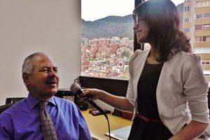 """Natalia, miembro de Lazos, estudiante de Communicación Social & autora de este artículo, entrevistando a Dario Arizmendi, el director de """"Caracol Radio""""."""